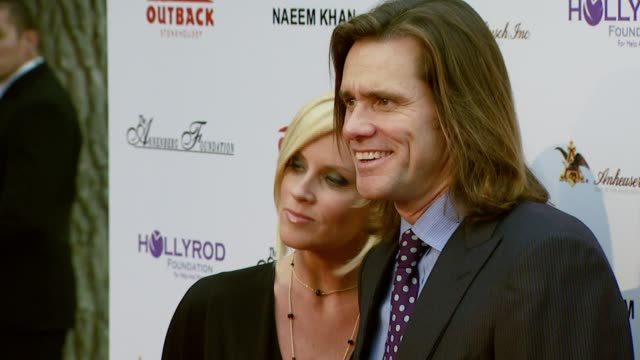 jenny mccarthy and jim carrey at the designcare 2007 at the home of tammy and eric gustavson in malibu california on july 22 2007 - jim carrey bildbanksvideor och videomaterial från bakom kulisserna