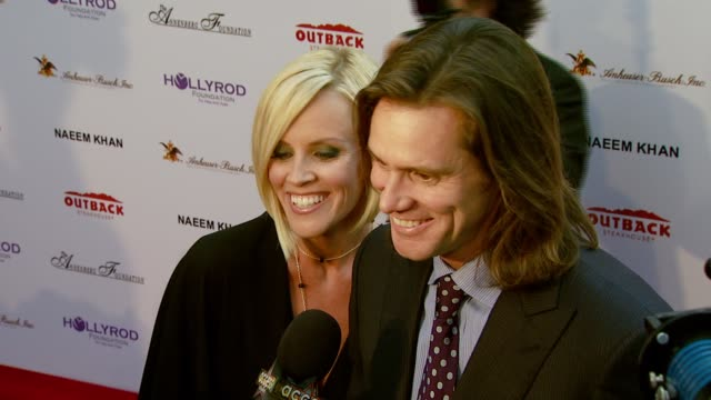 jenny mccarthy and jim carrey at the designcare 2007 at the home of tammy and eric gustavson in malibu, california on july 22, 2007. - ジェニー・マッカーシー点の映像素材/bロール