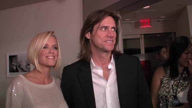 jenny mccarthy and jim carrey at the rachel bilson hosts party to celebrate launch of new chip and pepper denim line at the sunset tower hotel in... - jim carrey bildbanksvideor och videomaterial från bakom kulisserna