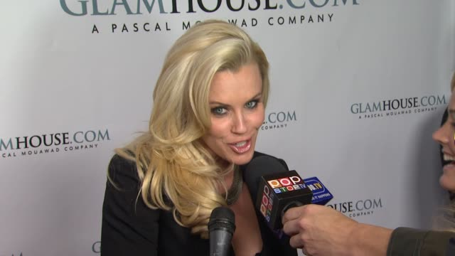 jenny mccarthy at perez hilton hosts the official launch of glamhouse.com on 2/16/2012 in los angeles, ca. - ジェニー・マッカーシー点の映像素材/bロール