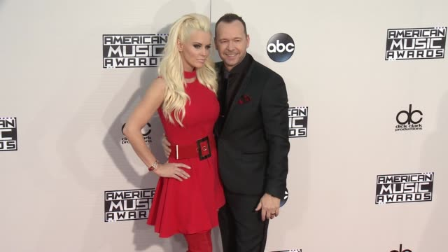 jenny mccarthy, donnie wahlberg at 2015 american music awards arrivals in los angeles, ca 11/22/15 - ジェニー・マッカーシー点の映像素材/bロール