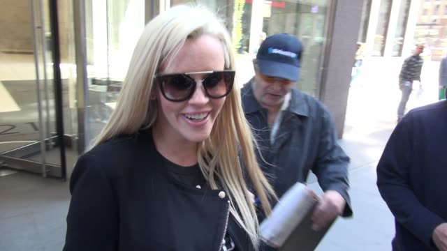 jenny mccarthy leaving siriusxm satellite radio and signs for a fan on april 19, 2016 in new york city. - ジェニー・マッカーシー点の映像素材/bロール