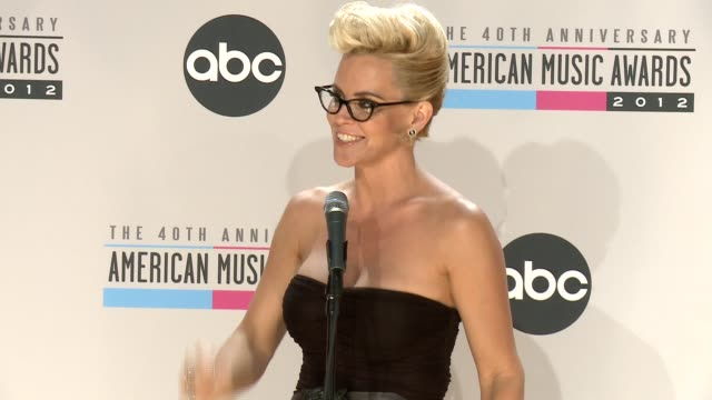 jenny mccarthy on justin bieber and turning 40 at the 40th american music awards - press room on in los angeles, ca. - ジェニー・マッカーシー点の映像素材/bロール