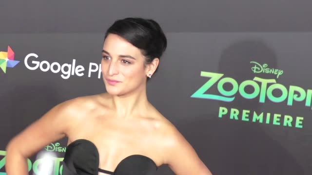vidéos et rushes de jenny slate at the zootopia premiere at el capitan theatre in hollywood at celebrity sightings in los angeles on february 17 2016 in los angeles... - cinéma el capitan