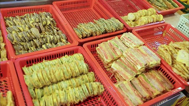 jeon(korean pancake) in baskets displaying on shelves / south korea - capodanno coreano video stock e b–roll