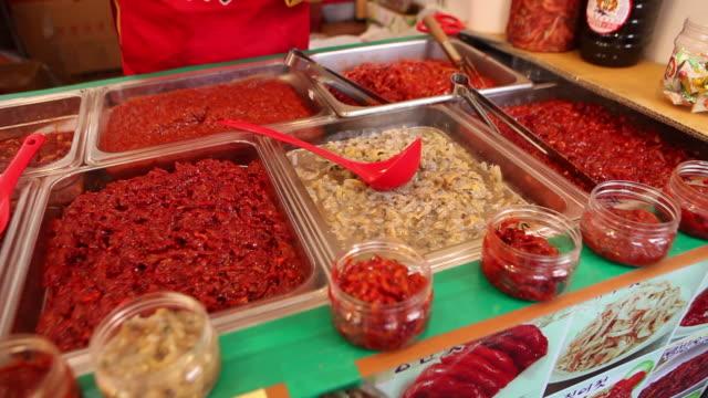 vídeos y material grabado en eventos de stock de jeotgal (korean fermented seafood) being sold at a market stall in nonsan, chungcheongnam-do - comida coreana