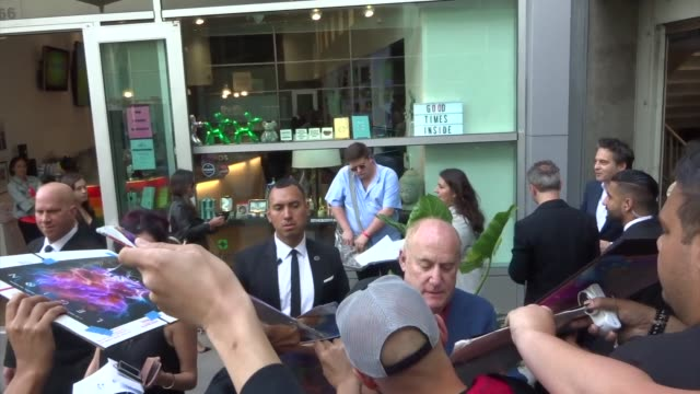 vidéos et rushes de jeph loeb signs for fans outside the legion season 3 premiere at arclight cinemas in hollywood in celebrity sightings in los angeles, - arclight cinemas hollywood