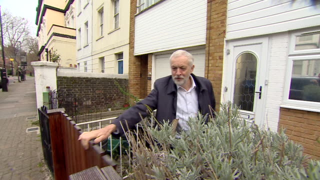 vídeos y material grabado en eventos de stock de jeremey corbyn, labour leader, leaves his house making no comment on the day 7 mp's split from the party and form the independent group / change uk - abandonar