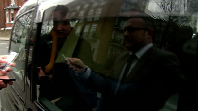 jeremy clarkson in taxi; england: london: picture source: itn / itv news rushes log: jeremy clarkson into taxi near his home as ignoring reporter's... - ジェレミー クラークソン点の映像素材/bロール
