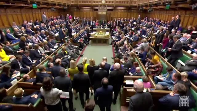 "jeremy corbyn accuses the prime minister of providing ""tax cuts for the super-rich"" at pmqs and the pm responds with an odd noise. theresa may has... - premierminister stock-videos und b-roll-filmmaterial"