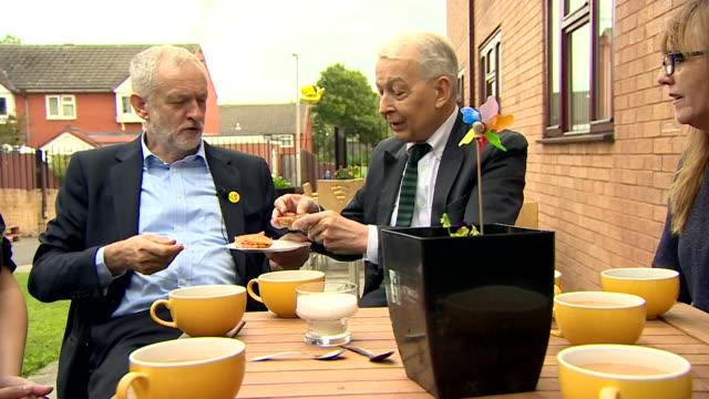 jeremy corbyn and frank field drinking tea in liverpool - parlamentsmitglied stock-videos und b-roll-filmmaterial