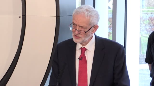 stockvideo's en b-roll-footage met jeremy corbyn answers questions following a speech on brexit in wakefield he denies there's a split between himself and keir starmer over extending... - artikel