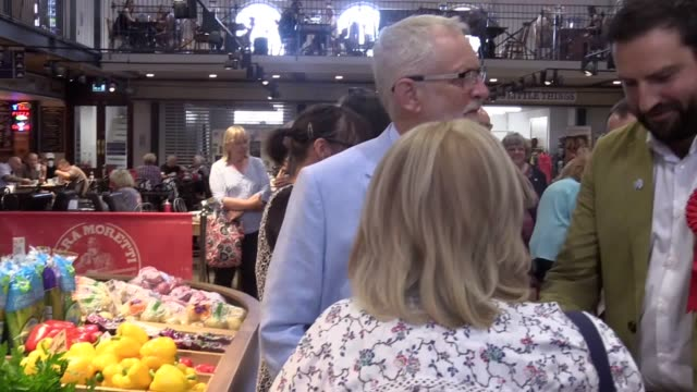 "vídeos y material grabado en eventos de stock de jeremy corbyn bought some local yorkshire honey as he warned shoppers in scarborough about the impact a ""catastrophic"" no-deal brexit could have on... - scarborough reino unido"