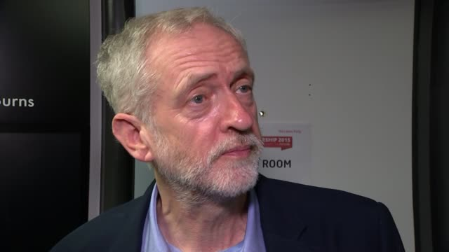 channel 4 news interview england london qeii centre int jeremy corbyn mp from 'prep room' and looking startled as channel 4 news reporter jon snow... - jon snow journalist stock-videos und b-roll-filmmaterial