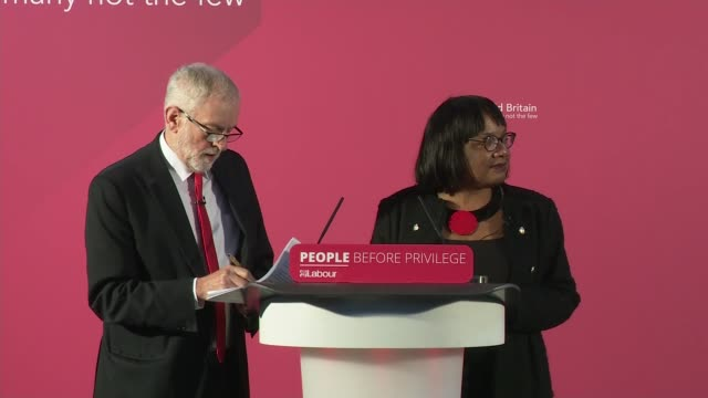 """vidéos et rushes de jeremy corbyn gives speech berating boris johnson for using queen's speech as """"party political broadcast"""" and plots election manifesto; england: east... - northampton"""