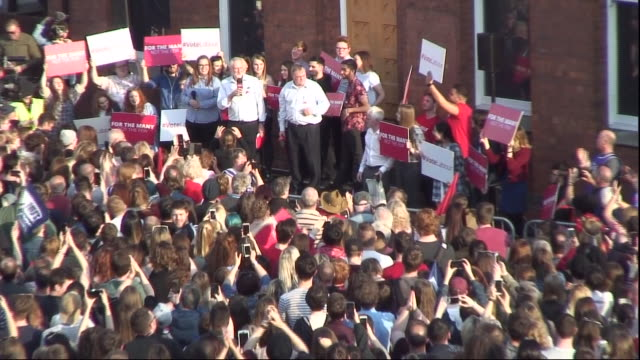 jeremy corbyn greeted by a cheering crowd in hull - sprechgesang stock-videos und b-roll-filmmaterial