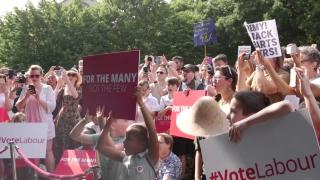 vídeos de stock, filmes e b-roll de jeremy corbyn holds a rally chingford green park corbyn is greeted by the popular 'oh jeremy corbyn' chant at the start of his speech - parque green