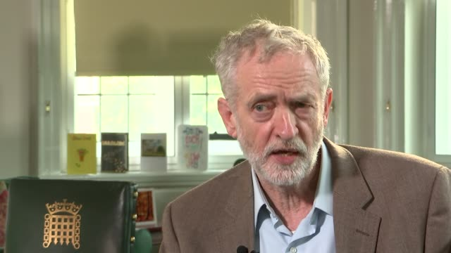 vídeos y material grabado en eventos de stock de jeremy corbyn interview not invited to privy council meeting yet / have not made up my mind on whether i will kneel before the queen / has to be a... - teleprompter