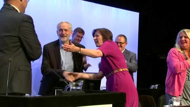 vídeos y material grabado en eventos de stock de jeremy corbyn interview on benefit cap and using autocue lib / t15091504 jeremy corbyn giving stadning ovation as onto stage at tuc annual congress... - teleprompter