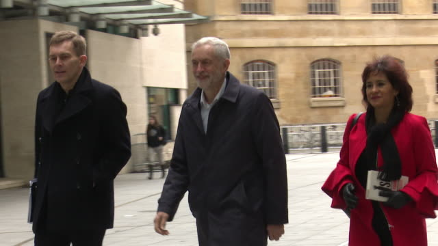 vídeos de stock e filmes b-roll de jeremy corbyn labour leader arriving at the bbc to appear on the andrew marr show - bbc