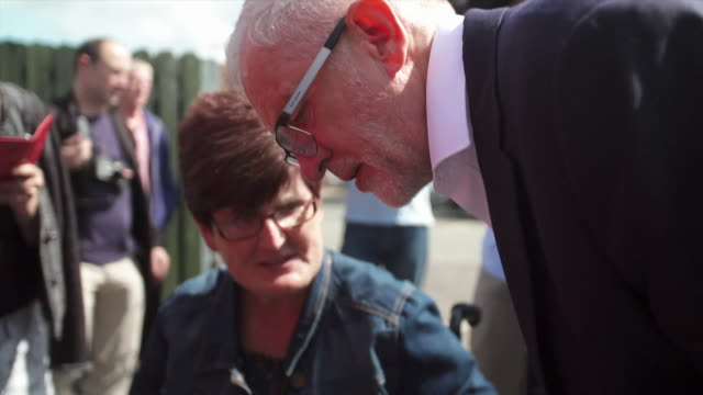 stockvideo's en b-roll-footage met jeremy corbyn labour leaders greeting supporters outside labour rally in corby - britse labor partij