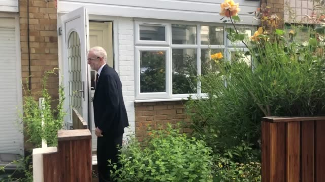 jeremy corbyn leaves his home in islington north london following the results of the 2019 european parliament elections - イズリントン点の映像素材/bロール