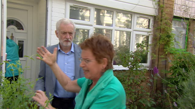 jeremy corbyn leaves house on day after allegations of anti semitism in the party on bbc panorama escorted by lady angrily speaking spanish - harassment stock videos & royalty-free footage
