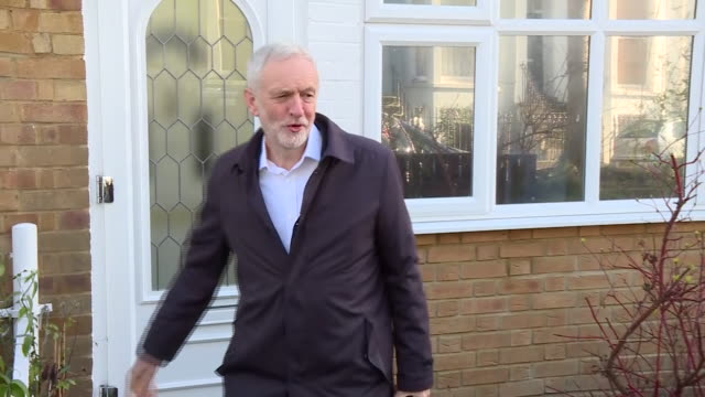 jeremy corbyn leaving his house and getting into a car as reporters ask him about the labour party resignations - jeremy corbyn stock-videos und b-roll-filmmaterial
