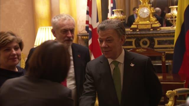 vídeos y material grabado en eventos de stock de jeremy corbyn meets president of colombia at buckingham palace england london buckingham palace photography** jeremy corbyn mp along and meeting juan... - político