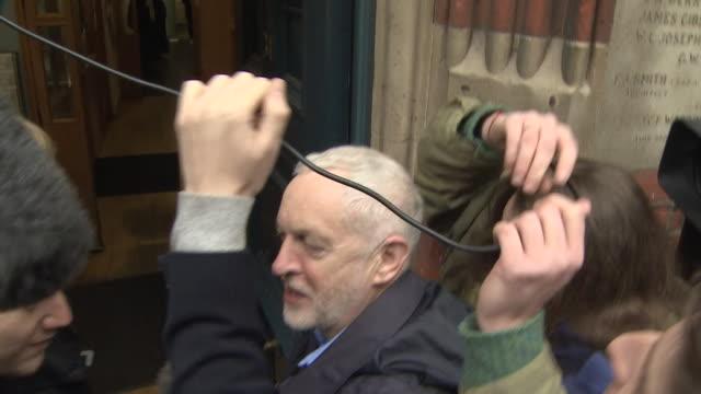 vídeos de stock, filmes e b-roll de jeremy corbyn mobbed by groups of journalists as he enters marshall street baths in westminster, london - equipamento de mídia