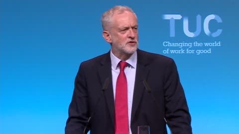jeremy corbyn speech at tuc conference; england: west sussex: brighton: int jeremy corbyn mp arriving on stage jeremy corbyn mp speech sot - 労働組合会議点の映像素材/bロール