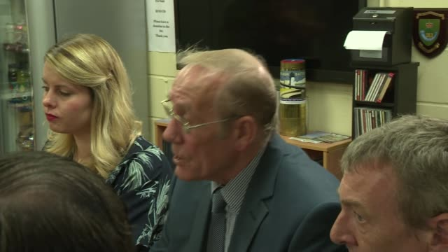 vídeos y material grabado en eventos de stock de county durham hartlepool heugh battery museum int jeremy corbyn mp nia griffith mp and others sitting around table and chatting with military... - noreste de inglaterra