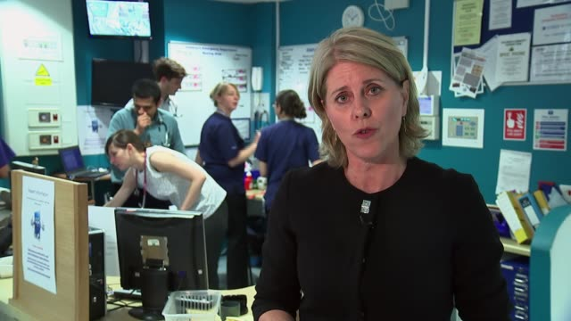 jeremy hunt announces new rules to cut costs of agency staff; reporter to camera hospital staff about in corridor staff looking at work board don... - 出費点の映像素材/bロール