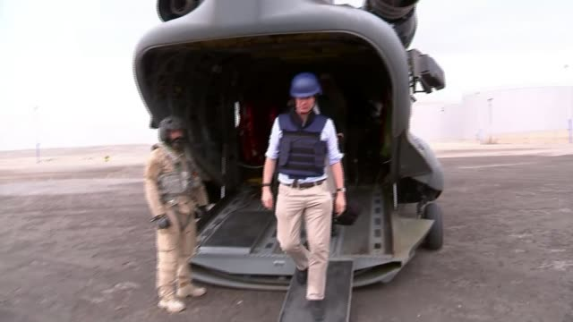 jeremy hunt appeals for international community to do more for peace during visit yemen view from open rear door of raf transport helicopter as... - ラゲ オマール点の映像素材/bロール