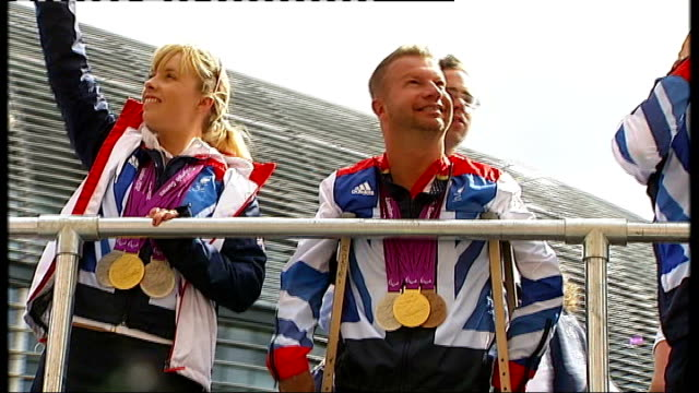 jeremy hunt attacks complacency in the nhs london ext various of london 2012 olympic athletes and paralympic athletes on open topped bus procession - 政治家 ジェレミー ハント点の映像素材/bロール