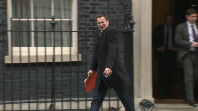 jeremy hunt foreign secretary leaves number 10 downing street after cabinet meeting - 政治家 ジェレミー ハント点の映像素材/bロール
