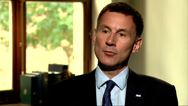 vídeos de stock e filmes b-roll de jeremy hunt interview on new gp opening hours and services england london int jeremy hunt mp interview sot on extended gp opening hours / email and... - skype