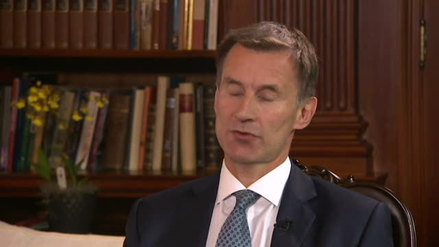 jeremy hunt saying he will be discussing the saudi arabiayemen conflict with the us administration and that when it comes to arms sales the uk has... - 政治家 ジェレミー ハント点の映像素材/bロール