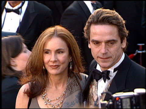 jeremy irons at the 1996 academy awards arrivals at the shrine auditorium in los angeles, california on march 25, 1996. - 第68回アカデミー賞点の映像素材/bロール