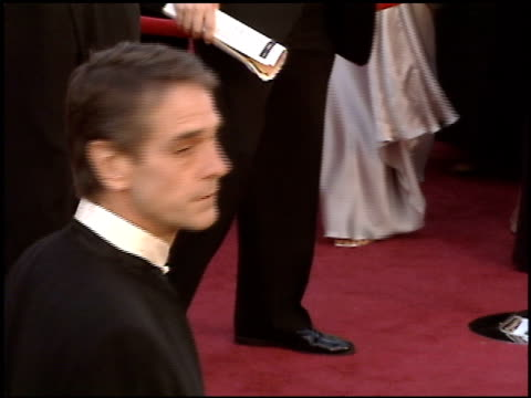 stockvideo's en b-roll-footage met jeremy irons at the 2005 academy awards at the kodak theatre in hollywood, california on february 27, 2005. - 77e jaarlijkse academy awards