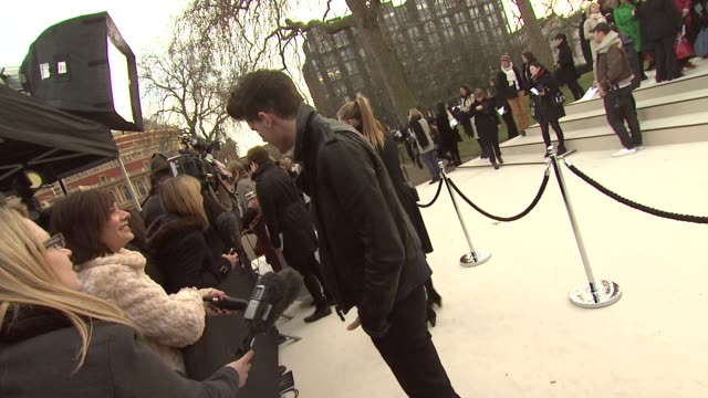 vídeos de stock, filmes e b-roll de jeremy irvine at burberry prorsum red carpet arrivals london fashion week autumn/winter 2012 at kensington gardens on february 20 2012 in london... - semana da moda de londres