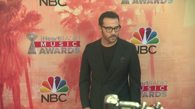 vídeos de stock, filmes e b-roll de jeremy piven at the 2015 iheartradio music awards red carpet arrivals at the shrine auditorium on march 29 2015 in los angeles california - shrine auditorium
