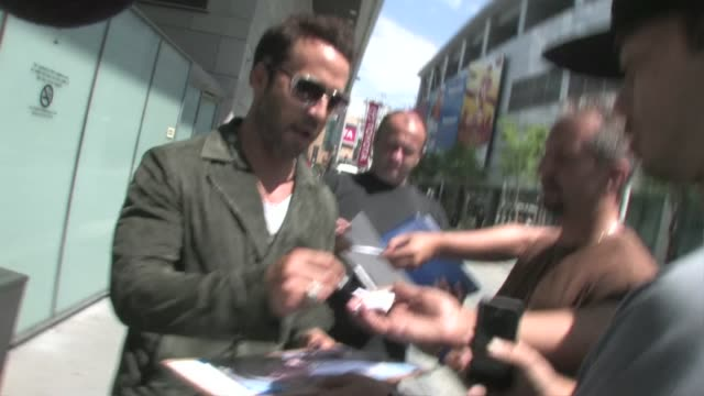 jeremy piven leaving the spy kids all the time in the world 4d premiere in los angeles - jeremy piven stock videos & royalty-free footage