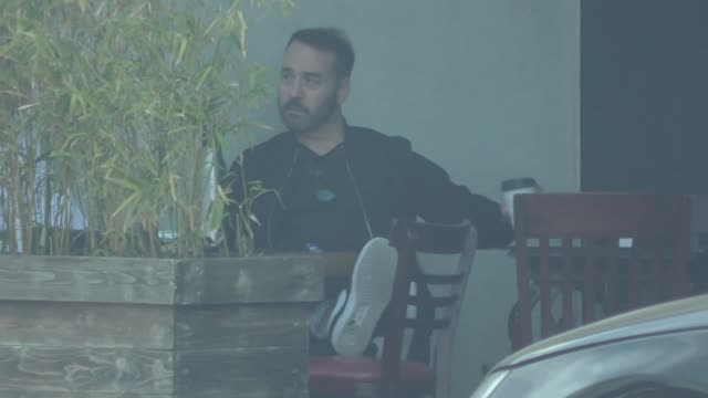 jeremy piven sits down for lunch at a cafe in beverly hills in celebrity sightings in los angeles, - jeremy piven stock videos & royalty-free footage