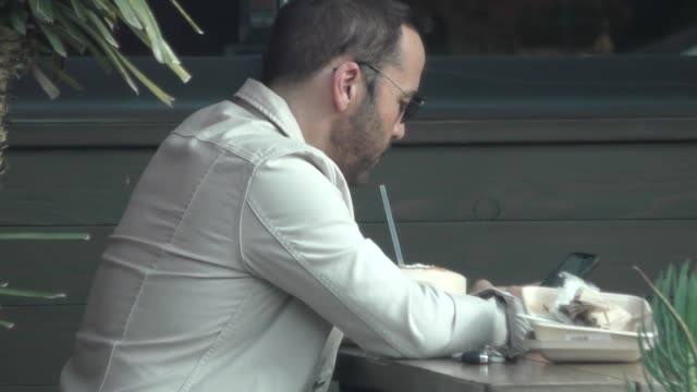 jeremy piven stops for lunch at a cafe in beverly hills in celebrity sightings in los angeles, - jeremy piven stock videos & royalty-free footage