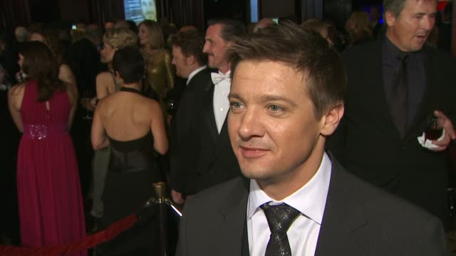 vídeos de stock, filmes e b-roll de jeremy renner on working with director kathryn bigelow on 'the hurt locker' and on if he knew it was going to be a great movie when they were filming... - director's guild of america