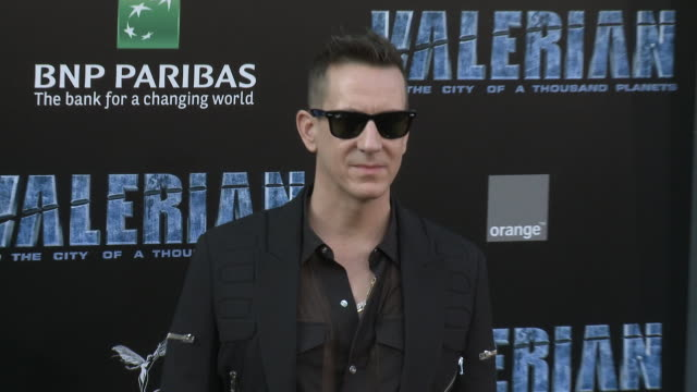 jeremy scott at the 'valerian and the city of a thousand planets' world premiere at tcl chinese theatre on july 17, 2017 in hollywood, california. - tcl chinese theatre video stock e b–roll