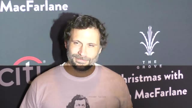 vídeos de stock, filmes e b-roll de jeremy sisto at the grove christmas with seth macfarlane presented by citi at the grove on november 13 2016 in los angeles california - the grove los angeles
