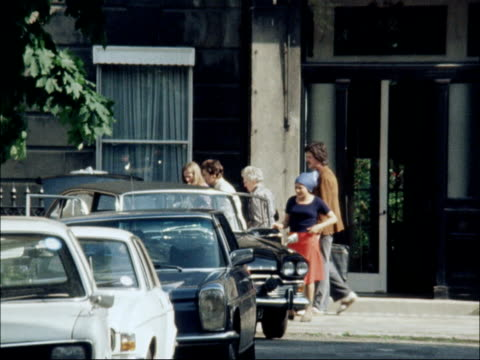 marion thorpe leaves for court england london bayswater marion thorpe and ursula thorpe out of house and into car / ms car towards and past pan rl /... - オールドベイリー点の映像素材/bロール