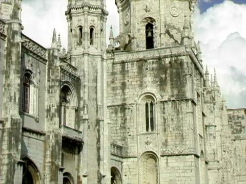 monastero dos jerónimos a lisbona, portogallo - guglia video stock e b–roll